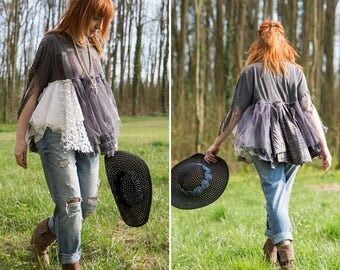 Bohemian top with fringes and vintage lace. T-shirt Americana Gypsy Rock n Roll. Boho romantic hippy style Stevie Nicks, festival clothing.