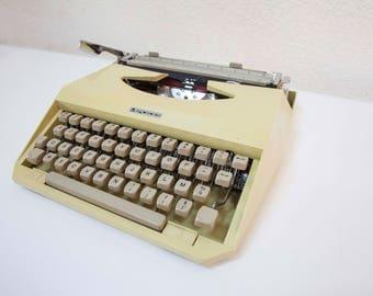 Typewriter Mercedes character Elite