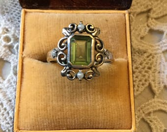 VINTAGE PERIDOT SEED Pearl Ring - sterling silver - Genuine fine small Pearl - Nice Peridot - Vintage hand made - Very Nice!