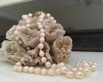 Elegant pearl necklace with gold latch