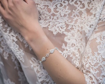 A crystal bracelet, hypoallergenic, without nickel, made of sparkling cut crystals.