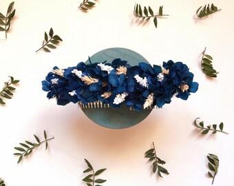 Tocado / semi-corona de flores azul oscuro con toques en blanco y beige // Ocean blue  flower headpiece // bodas, novias e invitadas
