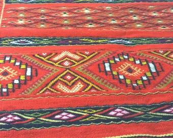 Red handcrafted wool rug / Alfombra hecha a mano de color rojo