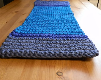 Table runner in blue tones
