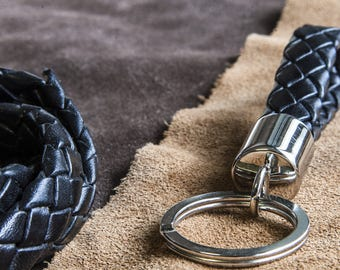 Keychain in braided leather, an elegant keyring ideal for every occasion of gift.