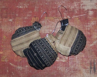 3 Rustic Ornaments, Round Antique Quilt Ornaments, Farmhouse Style, Farmhouse Christmas, Farmhouse Decor, Black Beige Tan - READY TO SHIP