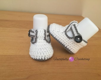 Newborn booties.. soft shoes.. gray and white... ready to ship