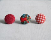 Button lapel pin. Men lapel pin. Round boutonniere. Paisley. Solid. Checks. Red.