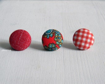 Button lapel pin -  Men lapel pin -  Red lapel pin - Round boutonniere - Paisley buttonhole - Solid lapel button -  Checks -