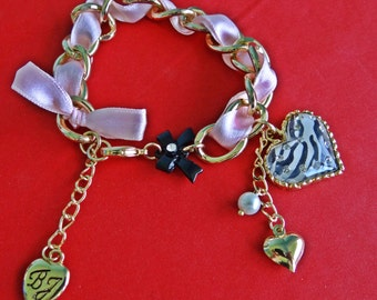 "Vintage gold tone 8"" charm bracelet with rhinestone heart in unworn condition"
