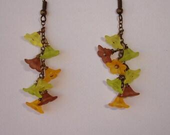 Boucles d'oreilles petites fleurs résine jaune,vert,orange,marron