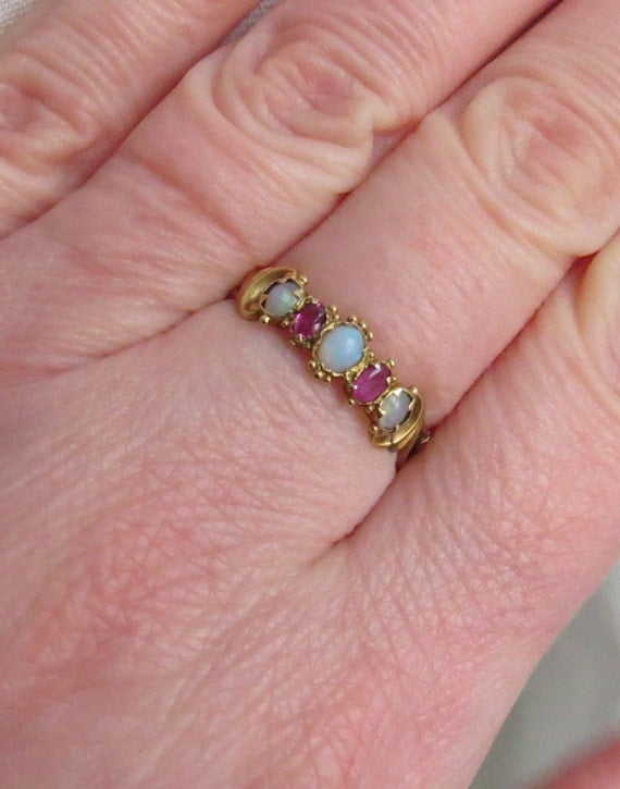 Pretty VICTORIAN/EDWARDIAN 15ct (kt) Gold Ruby Opal Band RING