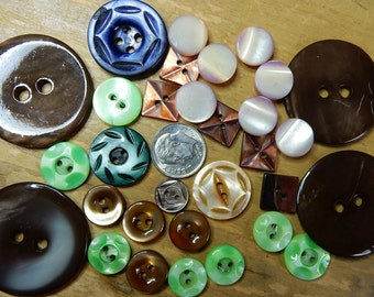 Mixed lot of 30 Dyed Mother of Pearl Buttons    NDH8