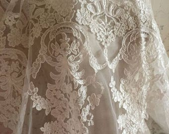 Elegent Ivory Alecon Lace Fabric Floral Scalloped Retro Bridal Lace New Design Lace fabric For Wedding Dress Fashion Dress Good Quality