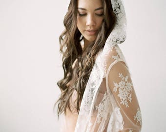 STELLINA - Short lace Hooded Robe