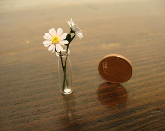 dollhouse Miniature vase with daisy