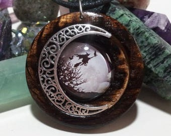 Bruja y luna colgante en roble quemado + envio gratis, la bruja joyería, joyería pagana, Halloween joyería, collar de roble quemado reclamado