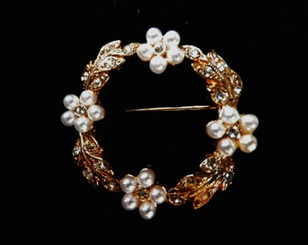 Small wreath brooch, faux seed pearls, rhinetone highlights, gold plated leaves, presentation box, vintage jewellery, costume jewelry