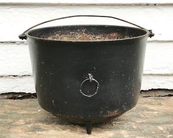 Wagner footed cast iron kettle ~ cast iron Wagner 3 leg bean pot ~ perfect planter ~ garden pot ~ charming planter pot ~ farmhouse antique