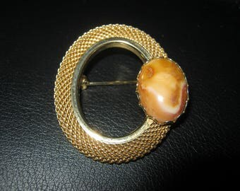 Mesh Circle Pin With Brown Faux Stone, Goldtone Metal, 1 Inch By 3/4 Inch, Variegated Oval Stone Embellishment, Vintage Pin, Vintage Jewelry