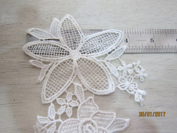 Basket Weaving Osi : Piece off white flower applique na floweing