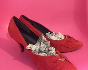 1980S // RED UPPER LEATHER // Size 7 2.5 Inch Gold Buckle Pumps