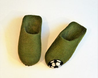 Green felted slippers. Handmade home slippers for boys. 100% Natural wool.Felt shoes.