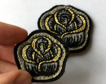 Hand-embroidered Pin. Broche brodée main // Rose médiévale - or. Golden medieval rose.
