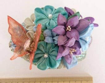 Thumb filigree brooch bouquet