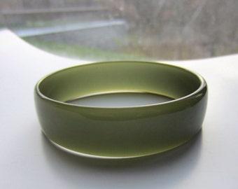 Bakelite testet green bangle bracelet ~sleek vintage costume jewelry