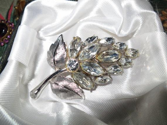 Lovely 1950s  vintage rhinestone floral spray brooch