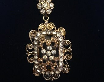 "Vintage Gold Pendant with Cut Glass Rhinstones on 15"" Gold Rope Chain"