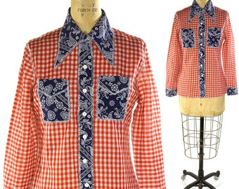 70s Bandana Button Up Shirt / Vintage 1970s Red White & Blue Gingham Plaid Western Blouse / Hippie Boho Cowgirl Top / Pointy Collar / S M