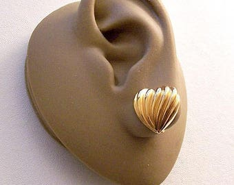 Avon Pleated Heart Clip On Earrings Gold Tone Vintage Small Wave Ribbed Deep Lined Buttons