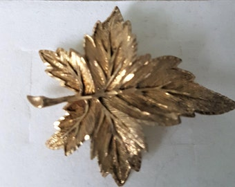 Vintage leaf brooch, gold leaf broach, vintage sweater pin, leaf lapel pin, gold plate shawl pin, leaf scarf pin, 1950s brooch, 1950s pin