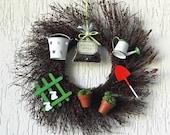 Gardener wreath, gardener gift idea, green thumb friend gift, backyard wreath, garden themed wreath, garden themed decor, backyard decor