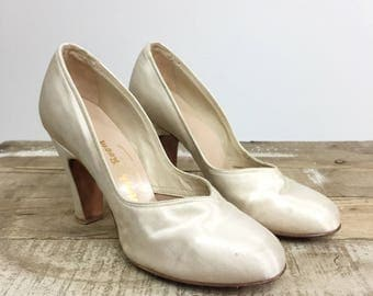 Satin Pumps Heels Women's Size 5 Ivory White Wedding 1940's Art Deco V Vamp French Room Chandlers Leather Sole Round Toe Pump Heels Pinup