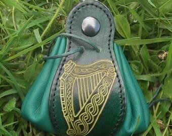 Bourse en cuir décor harpe celtique ,coloris vert menthe (16 couleurs au choix)