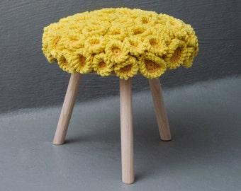 Hocker, Koralle, gelb, rund, Stuhl, Design, Fichtenholz, verspielt, Interior, Wolle, gehäkelt, Art, Kunst, Unikat, Textilkunst, hochwertig