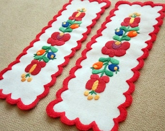 Hand-embroidered bookmark with Hungarian, Matyo embroidery (MKORN-BOOKMARK-306)