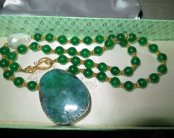 Beautiful 18ct gold plated  white Keshi pearl and green  agate necklace