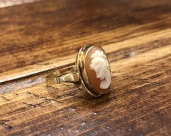 Vintage classic carved shell cameo ring in 18k setting
