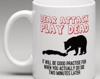 Bear attack Play Dead - Funny Humorous Mug