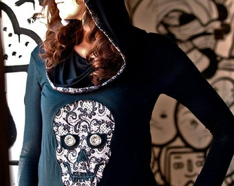 Hooded long sleeve T-shirt with a skull motif.
