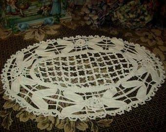 """former """"art-deco"""" table Center realized the crochet art"""