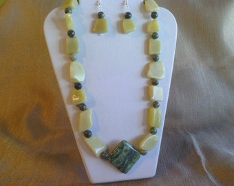 307 Modern Design Peridot Serpentine Gemstone and New Olive Jade with Yellow Turquoise Beaded Necklace