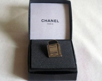 Authentic Pins/pin Chanel selfish in its new box.