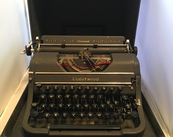 1946 Vintage Underwood Universal Typewriter in excellent condition with included ribbon,original instructions and case