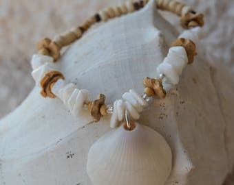 Shell bracelet, natural materials, island and beach look, beach bridal party