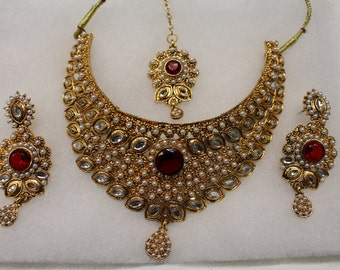 Kundan Jewelry Set with Earrings and Tikka